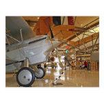 Gente que viaja al Museo Nacional de la aviación n Postal