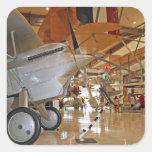 Gente que viaja al Museo Nacional de la aviación Calcomania Cuadrada Personalizada