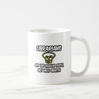 Gente regular de los bibliotecarios… solamente má tazas