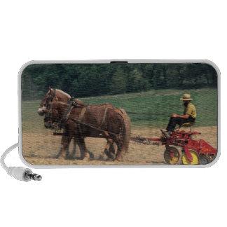 Gente simple del país de Amish en el cultivo con Notebook Altavoz