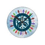 Gente unida en todo el mundo en un símbolo de paz reloj redondo mediano