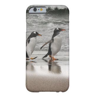 Gentoos en la playa funda para iPhone 6 barely there