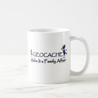 Geocache - hágale un asunto de familia taza clásica