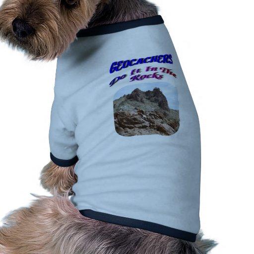 Geocacher lo hace en las rocas ropa para mascota