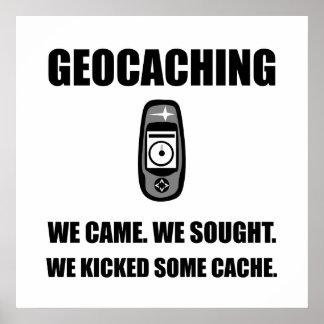 Geocaching golpeó el escondrijo con el pie póster
