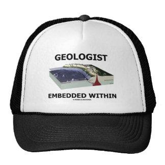 Geólogo encajado dentro zona de la subducción gorra