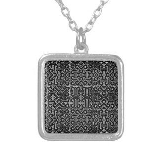 Geométrico agudo étnico blanco y negro collar plateado