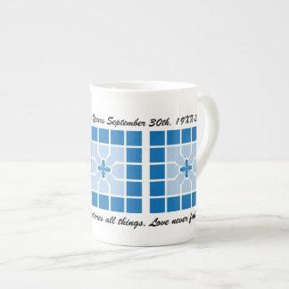 Geométrico azul del aniversario de boda con nombre taza de porcelana
