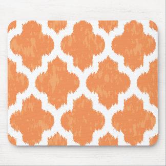 Geométrico moderno clásico anaranjado de Ikat Mousepads