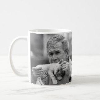 George W Bush que come un gatito Tazas De Café