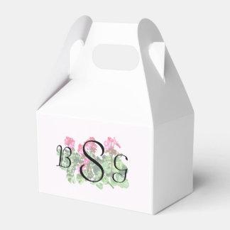 Geranios en productos de un boda de la fila caja para regalo de boda