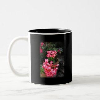 Geranios. Flores del Pelargonium Taza