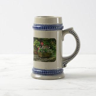 Geranios y flores de la lavanda en los pasos de pi tazas de café