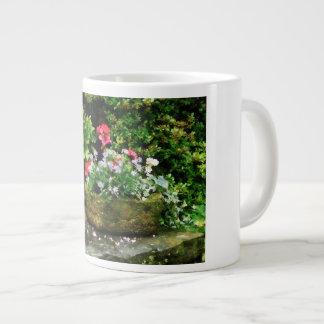 Geranios y flores de la lavanda en los pasos de pi taza jumbo