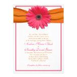 Gerbera rosado con la invitación anaranjada del bo