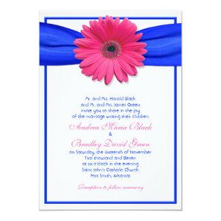 Gerbera rosado con la invitación azul de la cinta