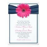Gerbera rosado con la invitación del boda de la