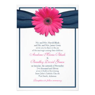 Gerbera rosado con la invitación del boda de la ci