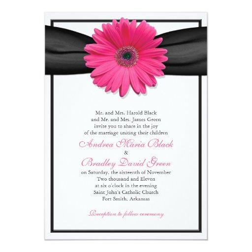 Gerbera rosado con la invitación negra de la cinta