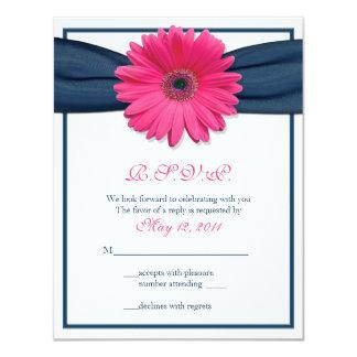 Gerbera rosado con la tarjeta de la respuesta de invitaciones personalizada