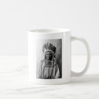Geronimo en el tocado 1907 taza básica blanca