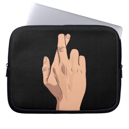 Gesto cruzado de la muestra de la mano de los dedo funda portátil
