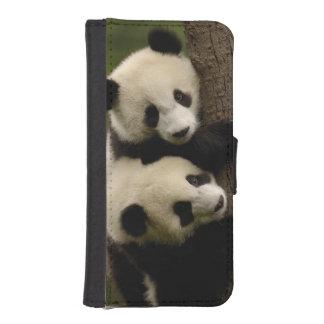 Giant panda babies (Ailuropoda melanoleuca) 2 Phone Wallet