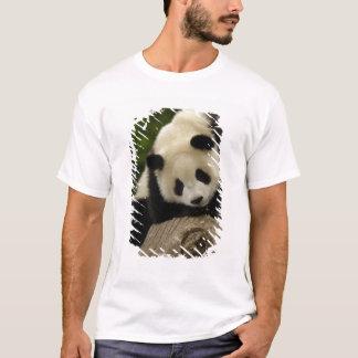 Giant panda baby (Ailuropoda melanoleuca) 2 T-Shirt