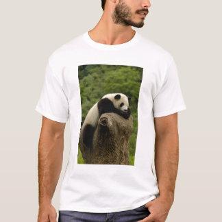 Giant panda baby Ailuropoda melanoleuca) 2 T-Shirt