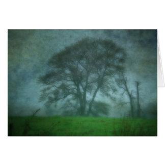 Gigante en la niebla tarjeta de felicitación