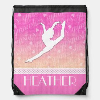 Gimnasia apasionada de la pendiente rosada con el mochilas