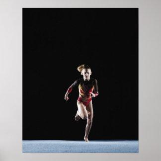 Gimnasta (12-13) que corre en la estera posters