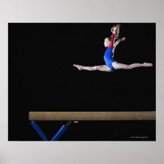 Gimnasta (9-10) que salta en el haz de balanza 2 póster