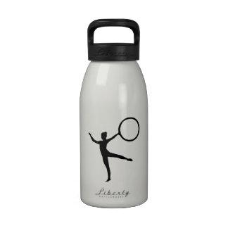Gimnasta de la gimnasia botellas de beber