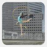 Gimnasta de la mujer al aire libre en el tejado calcomanías cuadradas personalizadas