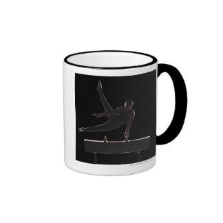 Gimnasta de sexo masculino en caballo de pomo de e taza de café