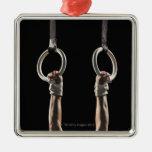 Gimnasta que balancea de los anillos 2 ornaments para arbol de navidad