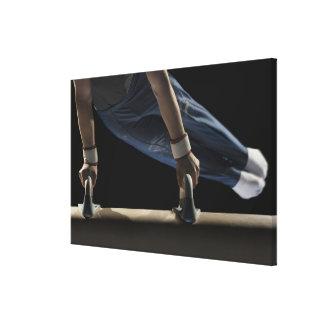 Gimnasta que balancea en caballo de pomo de espada impresión en tela