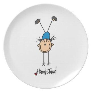 Gimnasta que hace Handstands Plato De Cena