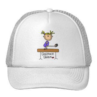 Gimnasta rubio del chica en las camisetas y los re gorras de camionero