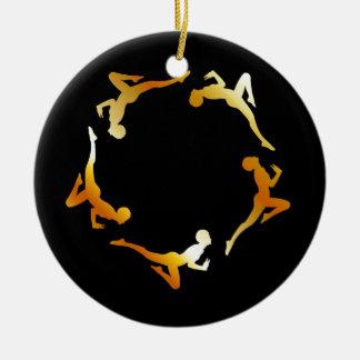 Gimnastas en la acción adorno navideño redondo de cerámica