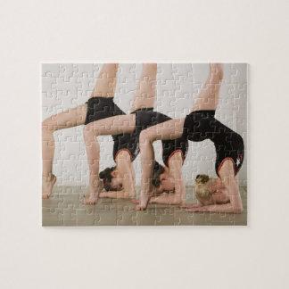 Gimnastas que presentan upside-down rompecabezas