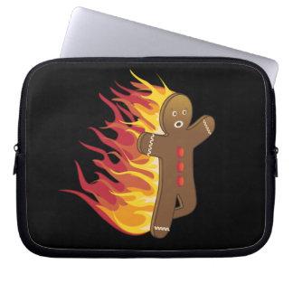 Gingerbreadman divertido en el fuego funda ordendadores