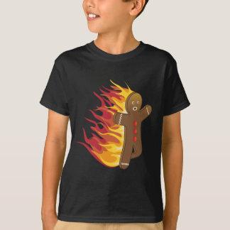 Gingerbreadman divertido en el fuego playera