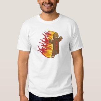 Gingerbreadman divertido en el fuego remera