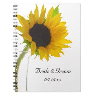 Girasol amarillo en el cuaderno espiral del boda b