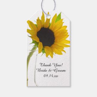 Girasol amarillo en la etiqueta blanca del favor etiquetas para regalos