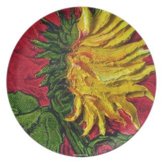 Girasol amarillo en la placa roja platos de comidas