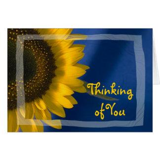 Girasol en el pensamiento azul en usted tarjeta de felicitación