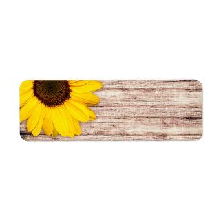 Girasol en espacio en blanco rústico de madera del etiqueta de remitente